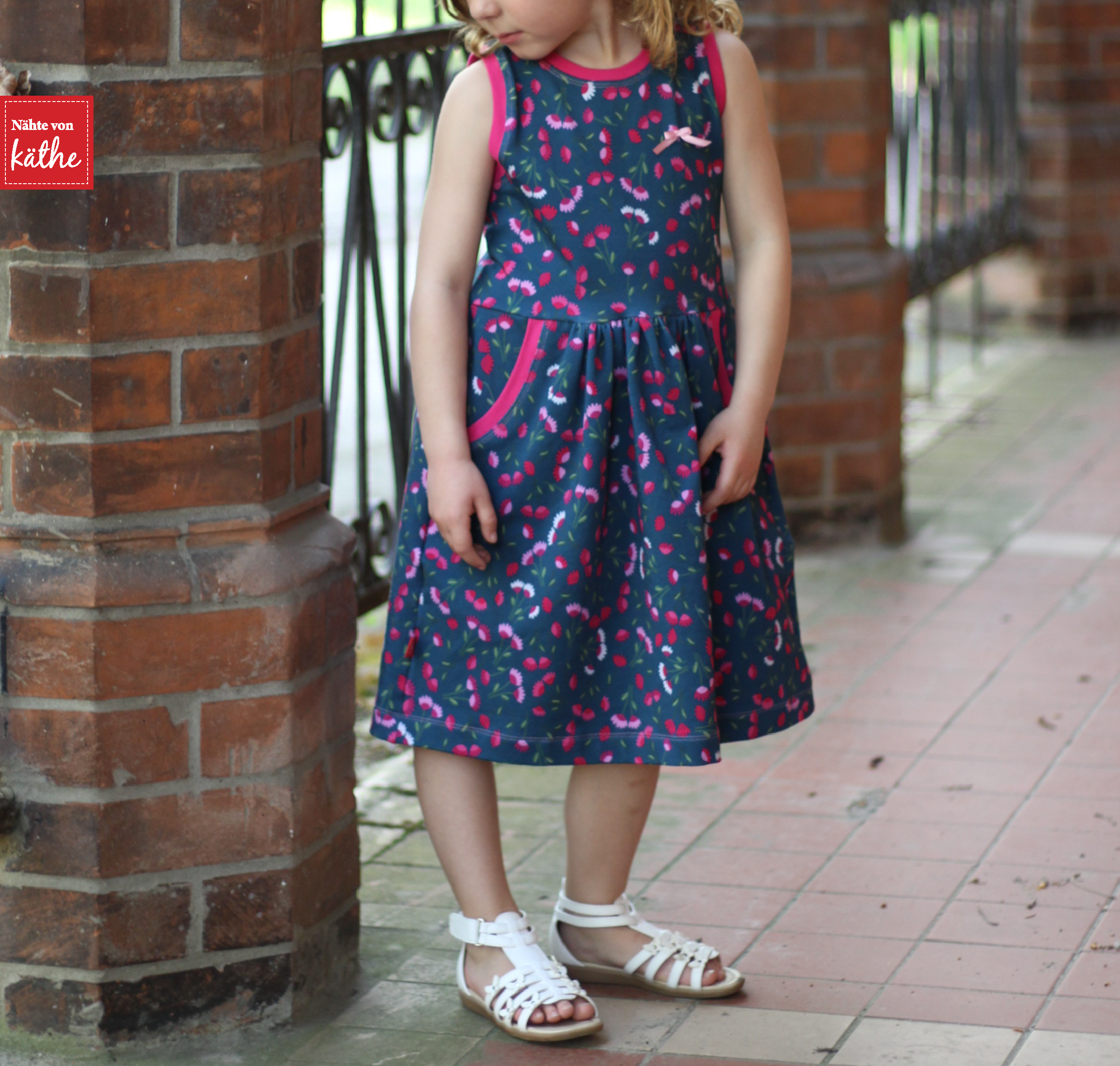 Soleil-Dress von baste + gather, erhältlich auf deutsch bei Näh-Connection, Sommersweat Mini Blooms aus der Melly & Mattes-Kollektion von Lila-Lotta